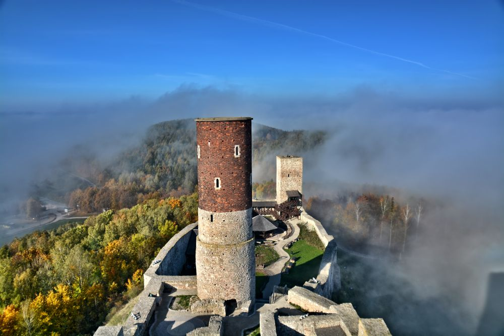źródło: http://www.zamek.checiny.pl/galeria-multimedialna/zamek-w-dzien