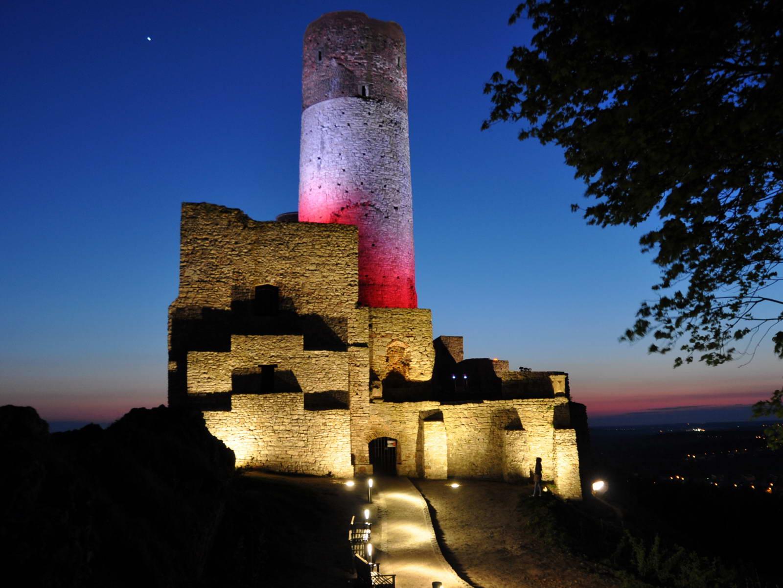 źródło: http://www.zamek.checiny.pl/galeria-multimedialna/zamek-noca